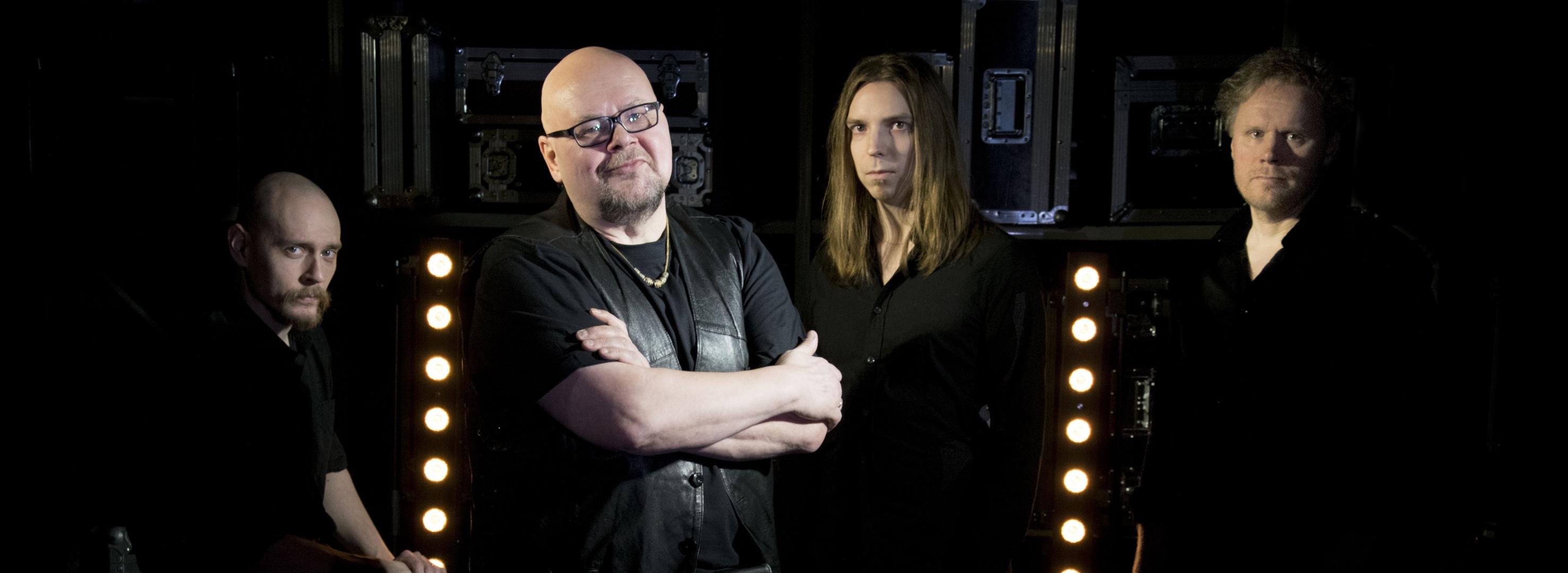 LeeWings -yhtyeen jäsenet ovat ryhmäkuvassa varastohyllyjen edessä. Bändikuvan on ottanut Millanen Design.