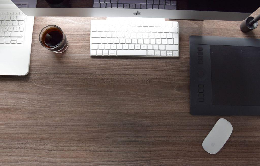 Kuva työpöydästä graafisen suunnittelun studiossa Millanen Design